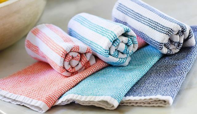 Чистота за 3 минуты: как отстирать кухонные полотенца в микроволновке
