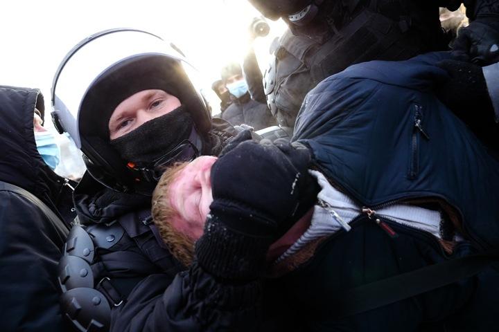Новосибирское шествие в поддержку Навального, полиция и хороводы. Видео Тайги.инфо