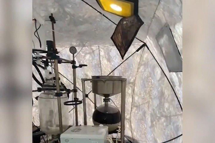 Палатку-нарколабораторию и 8 кг мефедрона нашли в кузбасском лесу