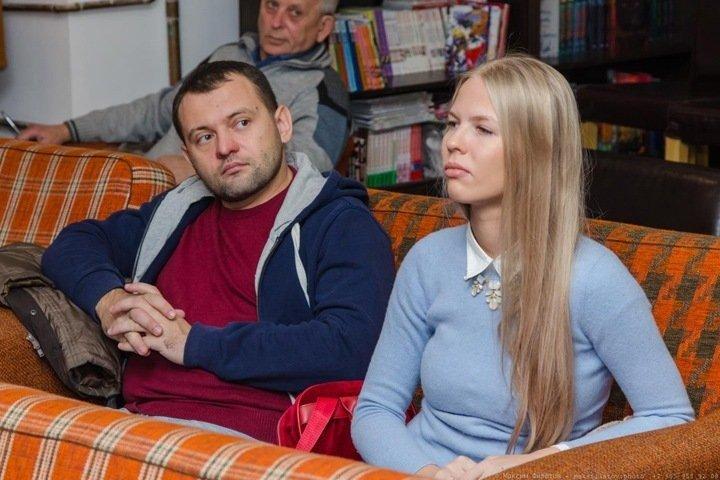Силовики пришли к беременной жене новосибирского депутата из-за акции в поддержку Навального
