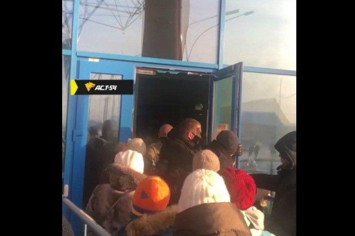 Посетители новосибирского аквапарка разодрались с охраной в огромной очереди