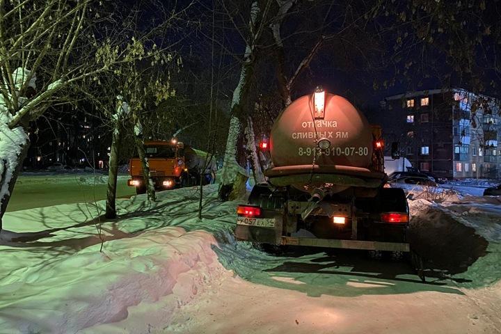 Улицу в Бердске затопило фекалиями из-за забитой салатами и медицинскими масками канализации