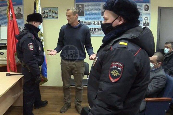 Суд в отделе полиции арестовал Навального: «Выкинули на помойку Уголовно-процессуальный кодекс»