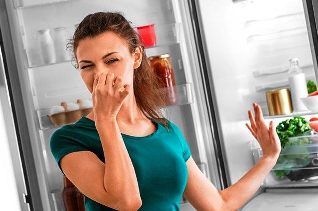 Как убрать неприятный запах в холодильнике с помощью газеты