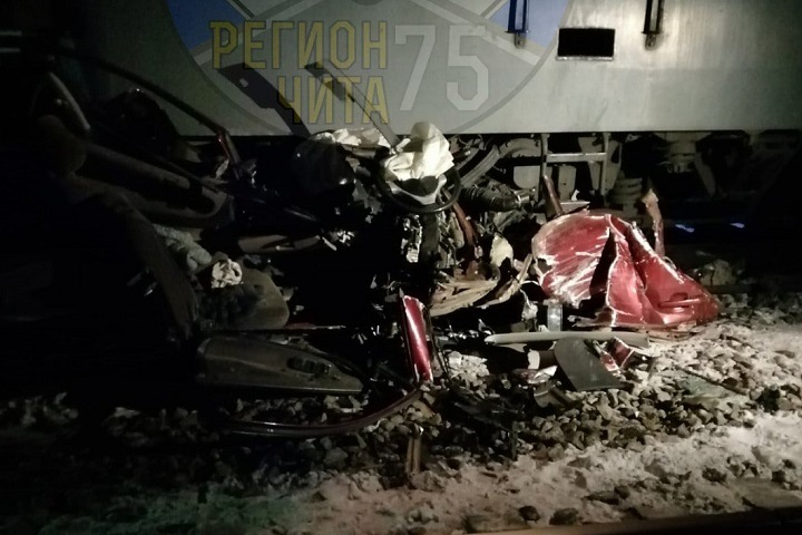 Груда металла: автомобиль столкнулся с двумя поездами в Забайкалье