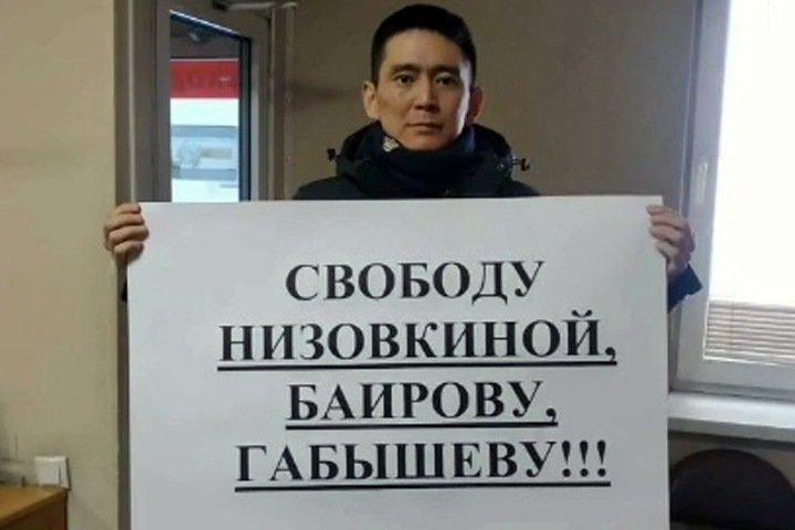 Полицейские пришли к известному бурятскому режиссеру из-за акции 23 февраля. Он повез их в прокуратуру