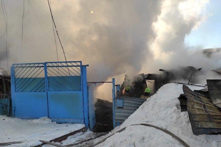 Тела детей нашли под завалами сгоревшего дома в Новосибирске