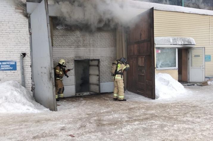СМИ: причиной пожара на складе автозапчастей в Красноярске стал аварийный режим работы электросети