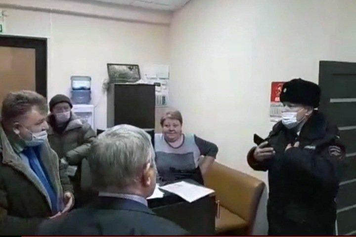 Полиция и чиновники пришли в алтайский крайком КПРФ, чтобы отозвать согласование митинга 23 февраля