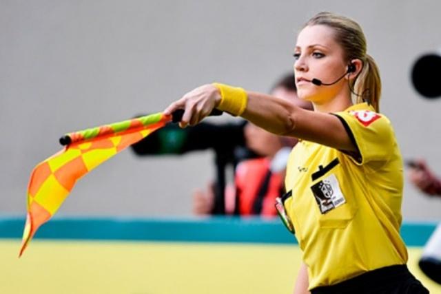 Красивый арбитр: почему футбол всё чаще судят женщины