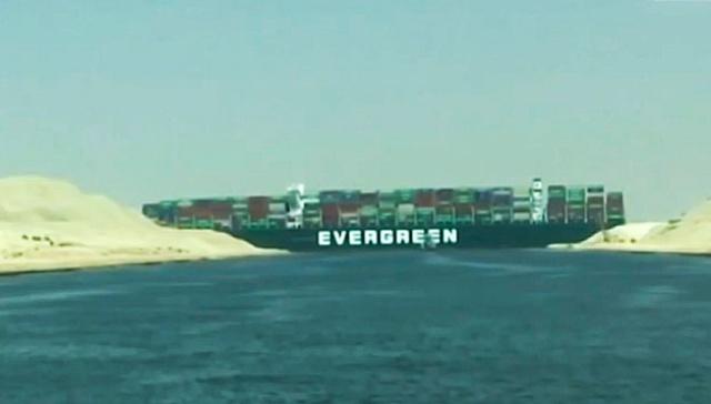 Хорошо сидим: почему не могут снять с мели контейнеровоз в Суэцком канале
