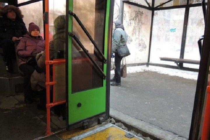 Водитель омской маршрутки зажал школьницу в дверях и протащил 20 метров
