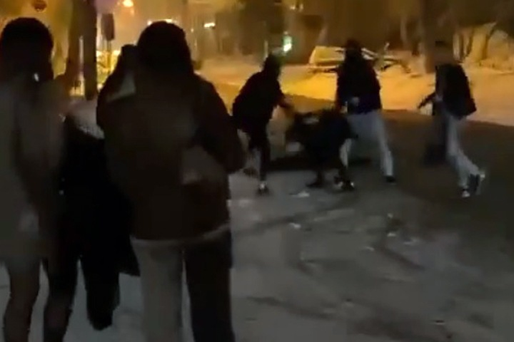 Толпа избила двоих мужчин в центре Новосибирска: «Один находится в коме»