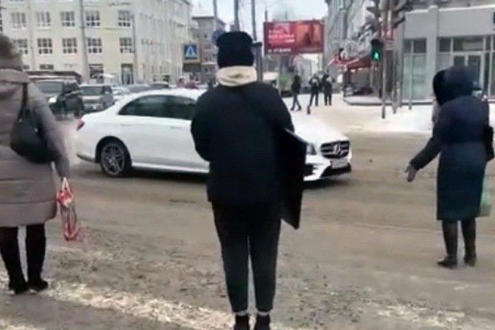 Кортеж с ГИБДД помешал жителям пройти на зеленый свет в центре Новосибирска