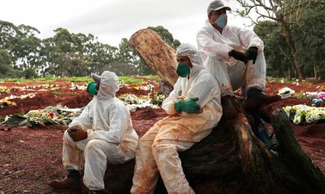 Опасная работа: могильщики заражаются коронавирусом чаще врачей