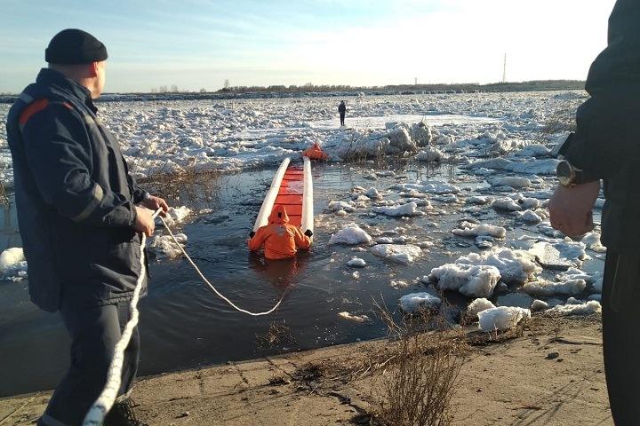 Женщину унесло на льдине во время селфи на реке в Томске