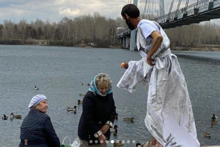 Полиция проверит красноярскую художницу после перфоманса с кормящим прохожих Иисусом