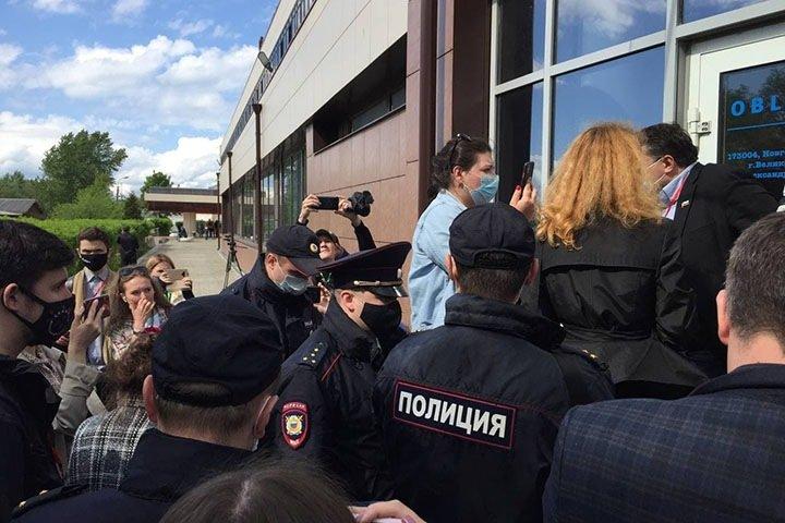 Полиция задержала муниципальных депутатов на Земском съезде