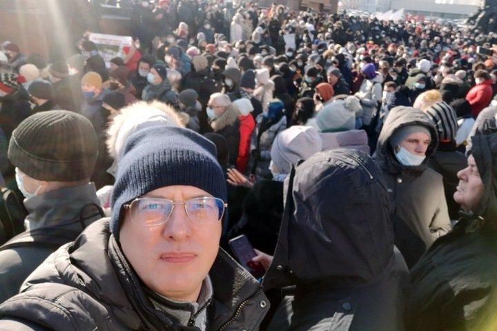 Глава группы компаний DNS рассказал о полицейской слежке после встречи с новосибирским депутатом