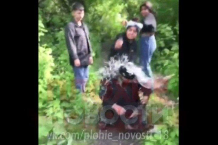 Жестоко избившим бездомного в Кузбассе девочкам оказалось по 15 лет