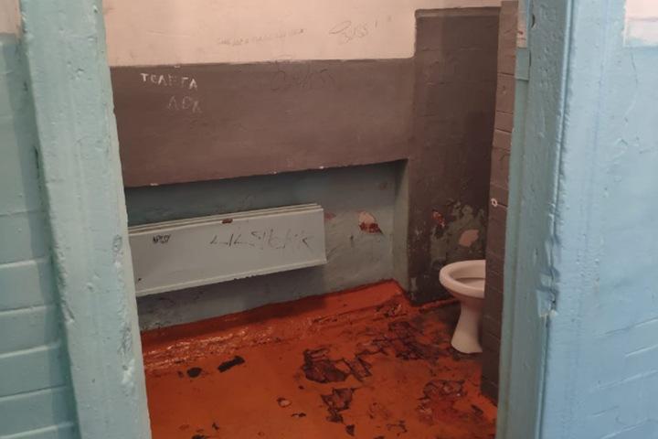 Кузбасский школьный туалет признали одним из худших в России
