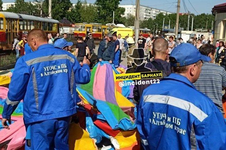 Двое детей выбросило на трамвайные пути с батута в Барнауле