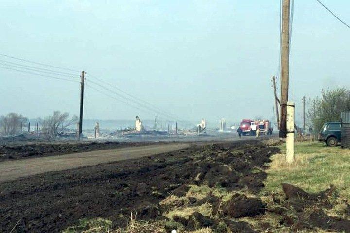 Жилые дома загорелись в омской деревне