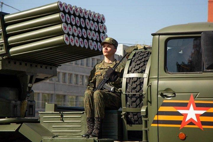 Новосибирцы собрались в центре города посмотреть на танки и самолеты. Фоторепортаж