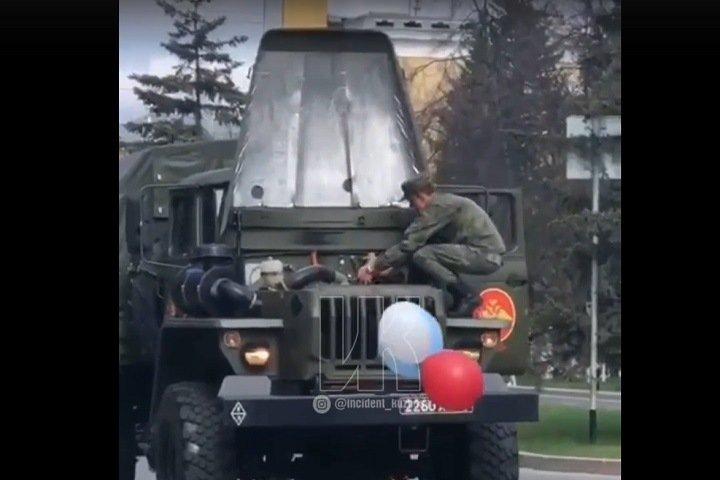 Военная машина загорелась на параде в Кемерове