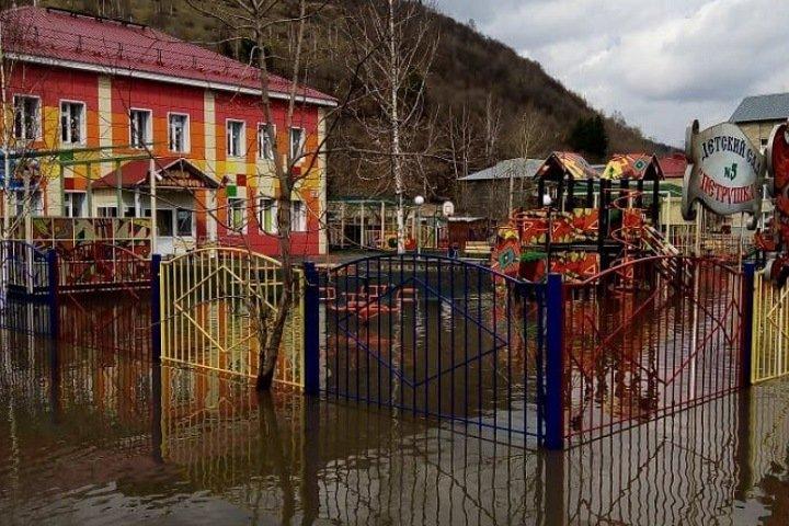 Юг Кузбасса затопило: люди пересаживаются на лодки