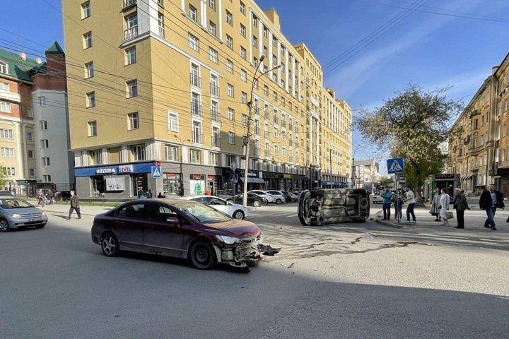 Машина опрокинулась на бок в центре Новосибирска (Фото)