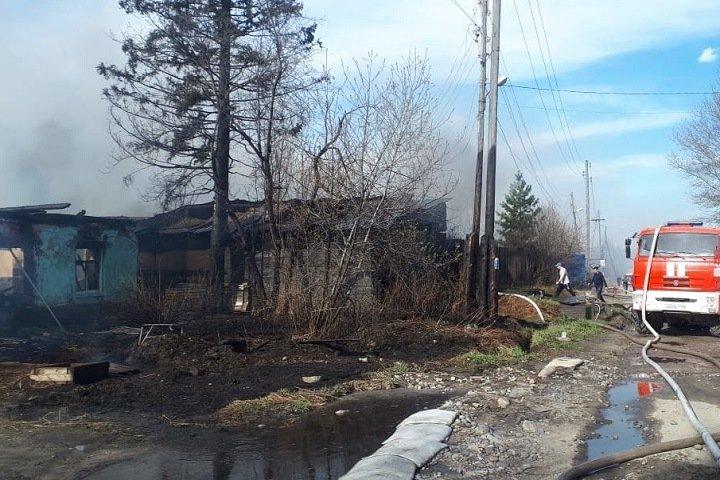 Огонь с горящей травы перекинулся на дома в Иркутской области
