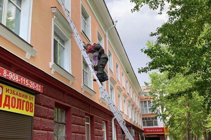 Голодный ребенок чуть не вышел в окно в Омске