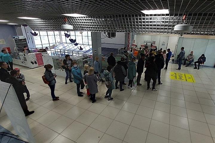 Кемеровчане столпились в ТЦ на вакцинацию