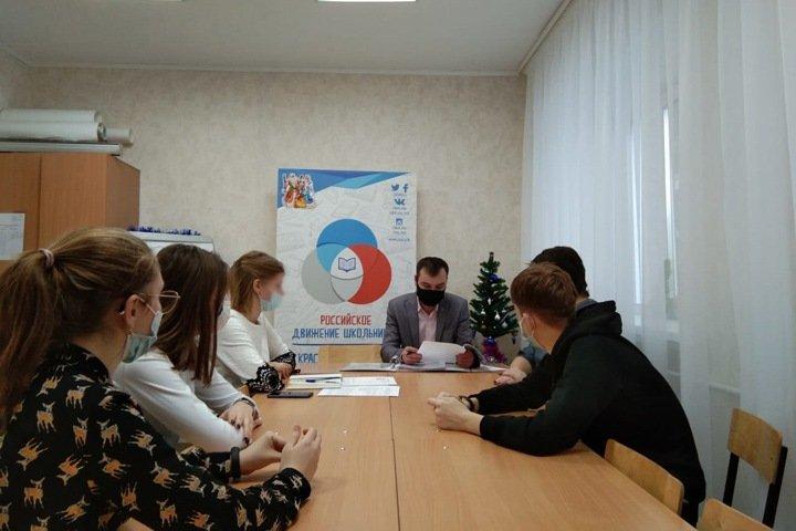 Подозреваемый в совращении малолетних помощник новосибирского депутата возглавляет местное отделение Российского движения школьников
