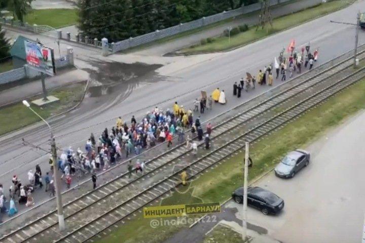 Массовый крестный ход начался в Барнауле