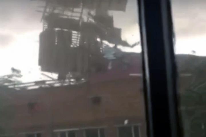 Ураган снес крыши домов в Туве