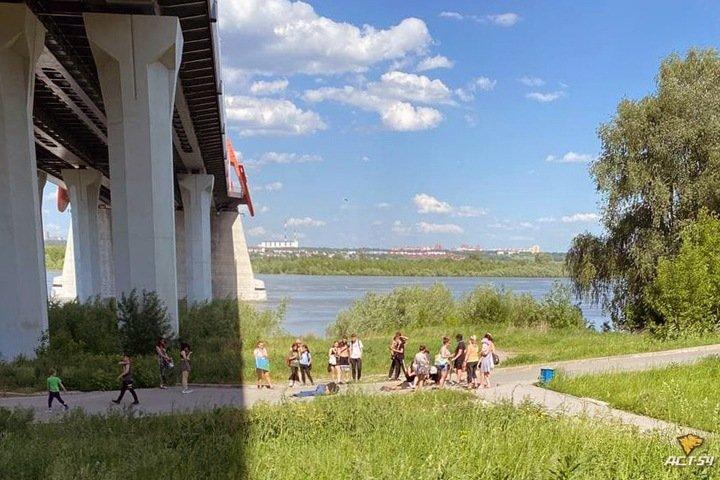 Мужчина упал с Бугринского моста на ребенка в Новосибирске