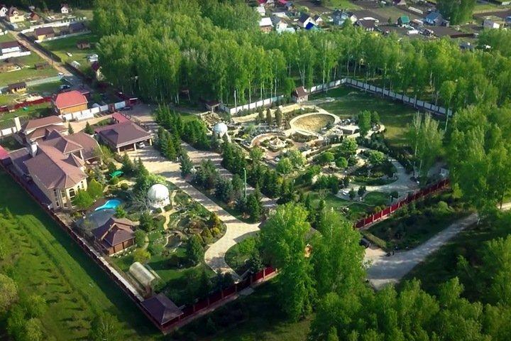Связанный с бывшим подрядчиком четвертого моста Новосибирска бизнесмен продает гигантскую усадьбу
