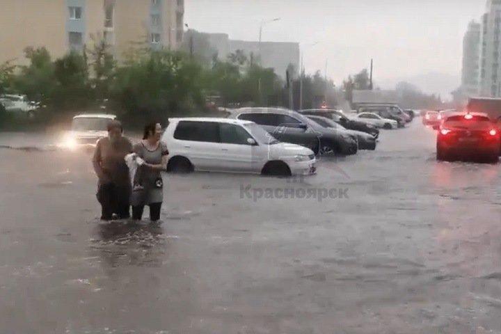 Красноярск поплыл после дождя: дороги-реки, затопленный театр и отключение света