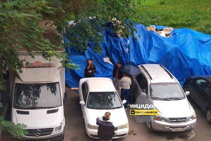 Часть сорванной крыши упала на машины в Новосибирске