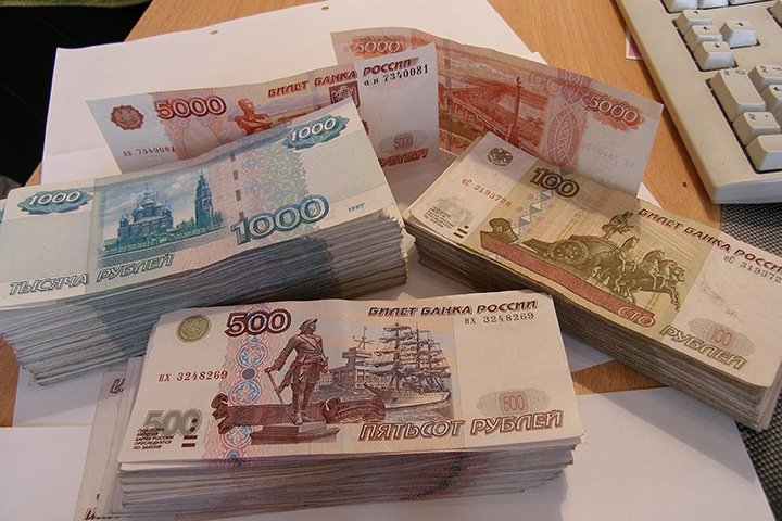 Красноярские врачи возмутились данными чиновников о своих зарплатах в 100 тыс.: «На три ставки нужно работать»