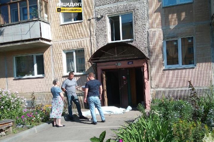 «Крови целая лужа»: человек выпал из окна пятиэтажки в Новосибирске