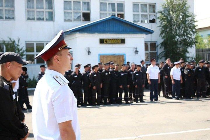 Общавшихся с омбудсменом заключенных иркутской колонии пытаются вывезти в автозаках