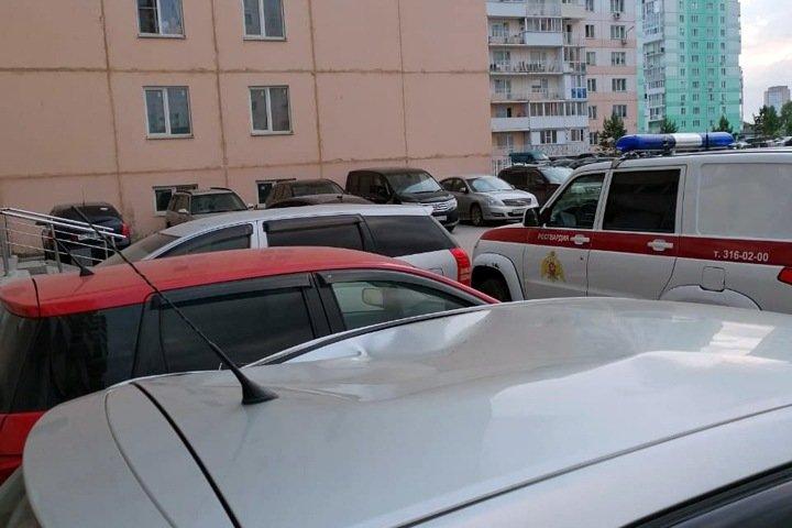 Молодой человек выпал из окна десятиэтажки в Новосибирске