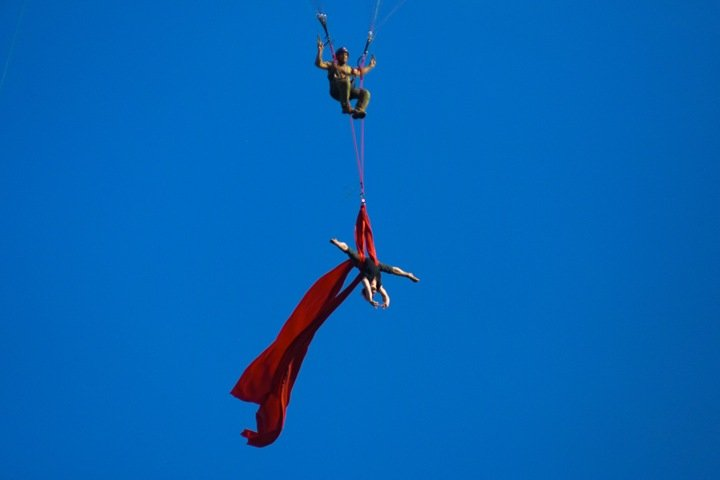 Чемпионка мира по воздушной гимнастике села на шпагат без страховки на параплане над Новосибирском. Фото