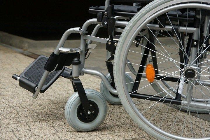 Девочка на Алтае сломала ноги из-за отказа в выдаче инвалидной коляски