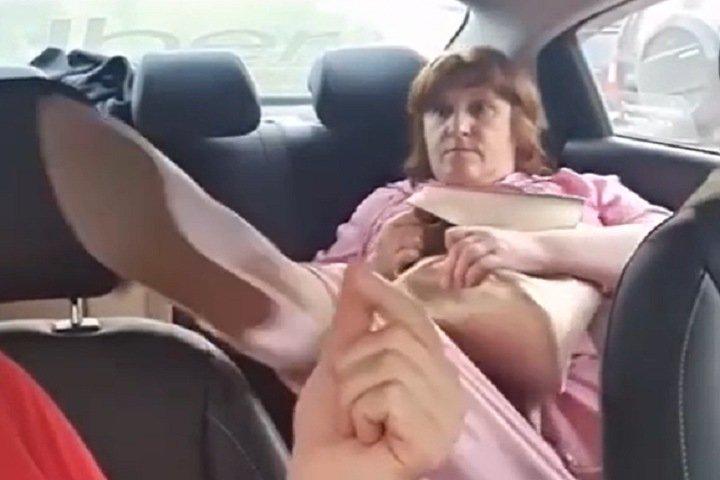 Оскорбившую и пнувшую слабослышащего водителя такси жительницу Новосибирска оштрафовали
