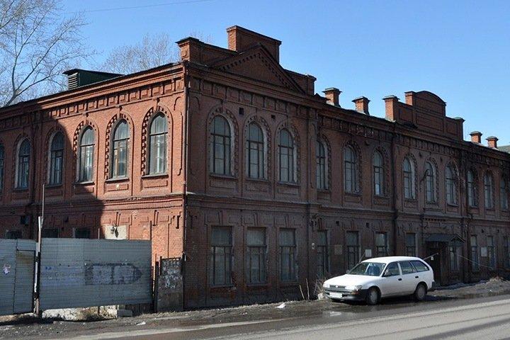 Неизвестные срезали перила с памятника архитектуры XX века в Омске