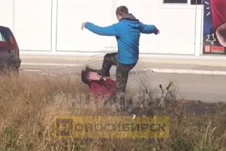 Новосибирец избил женщину на глазах у прохожих